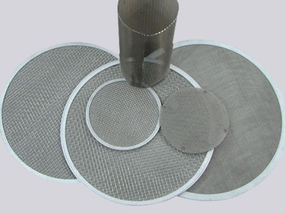 There are five alloy L605 wire mesh filter discs with different sizes and a filter tube standing on them.